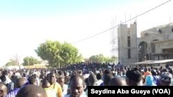 """Les fidèles se bousculent devant la demeure du défunt Khalife à """"Gouye Mbinde"""" (à proximité de la grande mosquée de Touba) pour accéder au mausolée, Touba, Sénégal, 10 janvier 2018. (VOA/ Seydina Aba Gueye)"""
