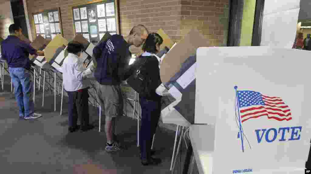 Des électeurs à l'oeuvre à Salt Lake City, dans l'Utah, le 30 octobre 2012