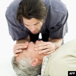 Istraživanje pokazuje da je pritisak na grudi isto toliko efikasan kao i pružanje pomoći usta na usta