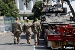 停放在美国华盛顿的林肯纪念堂旁的装甲车(2019年7月3日)