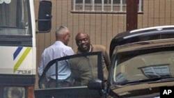 Tsohon madugun MEND, Henryn Okah, lokacin da ake fitowa da shi daga cikin kotu Alhamis 14 Oktoba, 2010 a birnin Johannesburg.