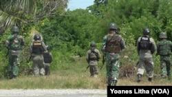 Patroli bersama anggota Brimob Daerah Polda Sulawesi Tengah dan Anggota TNI dari Batalyon Inf 714 Sintuwu Maroso di desa Padalembara, Poso Pesisir Selatan. (VOA/ Yoanes)