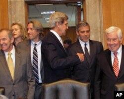 克魯尼(右二)與參議員們交談