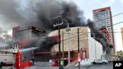 8月25日从墨西哥蒙特雷市的皇家赌场冒出的滚滚浓烟