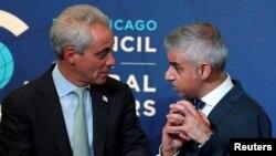 Thị trưởng London Sadiq Khan (phải) trò chuyện với Thị trưởng Chicago Rahm Emanuel tại một hội nghị về vấn đề toàn cầu ở Chicago, Illinois, ngày 15/9/2016.