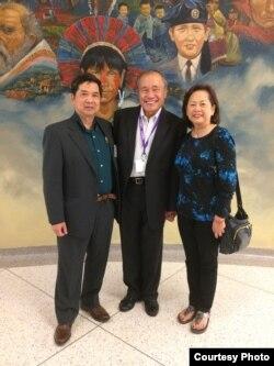 Tác giả và ông Hoàng Đức Nhã, cựu Bí thư Tổng thống và Tổng trưởng Dân vận và Chiêu hồi Việt Nam Cộng hòa.