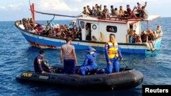 Pengungsi Rohingya yang diselamatkan oleh nelayan dan kapal patroli di dekat pantai Seunuddon, Aceh Utara, 24 Juni 2020. (Antara Foto / Rahmad / via REUTERS)