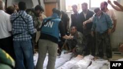 Kelompok oposisi Suriah merilis foto saat para pemantau PBB menghitung korban tewas akibat serangan pasukan Suriah di Houla (26/5).