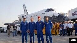 Posada šatla Atlantis, zajedno sa zemaljskom ekipom za podršku u pozadini, pozira za oproštajni snimak sa svojom letelicom, kratko vreme po sletanju u Svemirski centar Kenedi, na Floridi