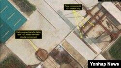 북한이 잠수함발사탄도미사일(SLBM)을 여러 발 연속 발사할 수 있는 크기의 신형 잠수함을 건조 중인 것으로 추정되는 활동이 포착됐다. 미국 북한전문매체 38노스는 디지털글로벌의 상업용 인공위성이 지난 24일 촬영한 사진을 판독한 결과, 북한 함경남도 신포조선소에서 이동식 대형 크레인 옆에 직경 10m에 달하는 원형 자재가 등장했다고 밝혔다. 사진 좌측 하단, 이동식 대형 크레인 옆에 직경 10m 크기의 원형 자재가 놓여 있다. 38노스 제공.