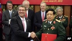 아시아를 순방 중인 애슈턴 카터 미국 국방장관(왼쪽)이 1일 베트남 하노이를 방문해 풍 꽝 타잉 국방장관(오른쪽)과 회담을 갖고 양국의 협력 강화 성명에 서명했다.