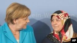Mevlüde genç Almanya Başbakanı Angela Merkel ile birlikte