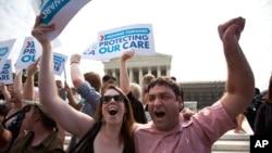 Những người ủng hộ luật chăm sóc sức khỏe chờ đợi bên ngoài Tối cao Pháp viện vui mừng trước phán quyết