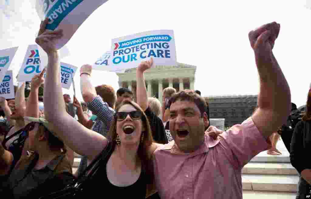 华盛顿地区居民迈克安德鲁与基尔施在最高法院裁决后欢欣鼓舞。
