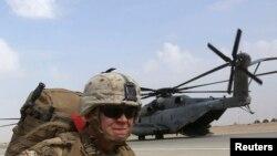 Un élément de la marine américaine se prépare au retour au bercail à la fin des opérations de Marines avec les troupes de combat britanniques à Helmand, en Afghanistan, le 27 octobre 2014.