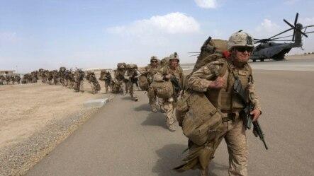 美国海军陆战队员准备在阿富汗的战斗任务结束后离开。