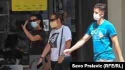 ARHIVA - Ljudi nose maske na ulici u Podgorici, 22. jula 2020. (Foto: RFE/RL/Savo Prelević)