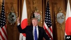 美國總統川普在東京的記者會上。