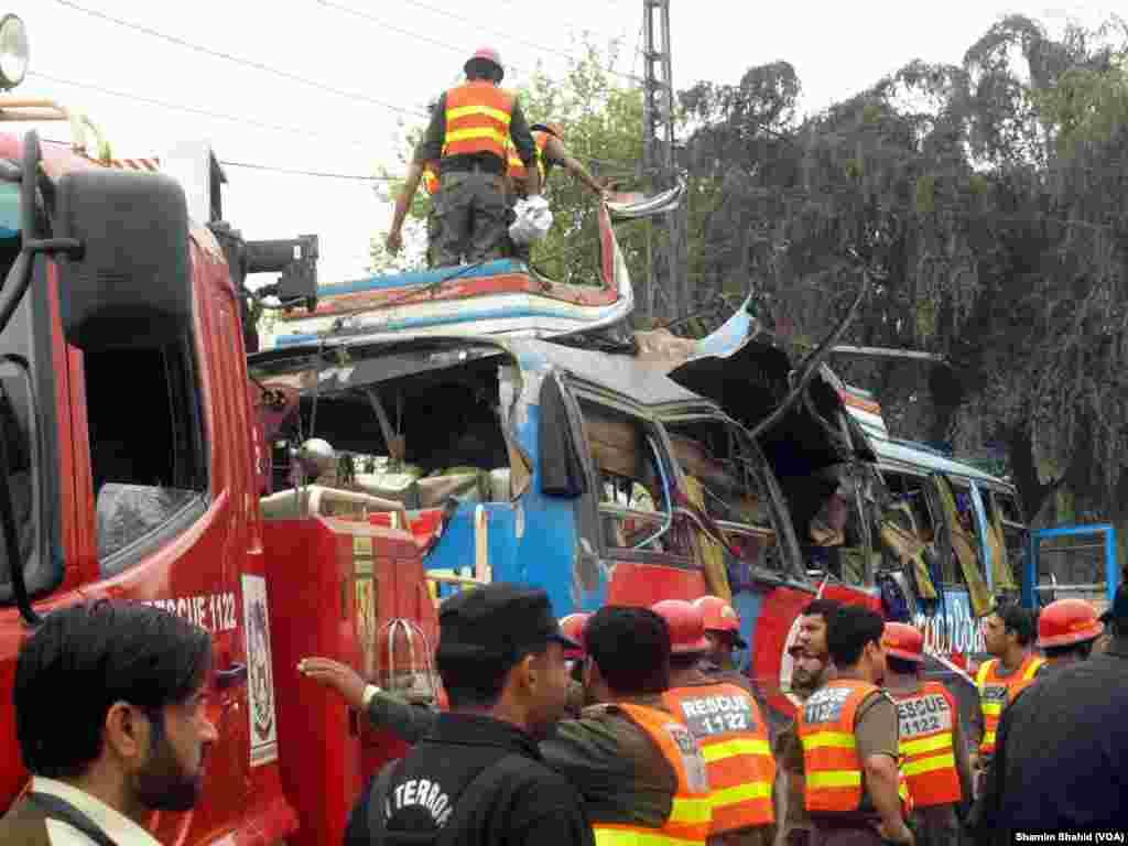 بتایا جاتا ہے کہ بس پر سول سیکرٹریٹ کے ملازمین پشاور آتے ہیں اور دھماکے کے وقت اس پر لگ بھگ پچاس افراد سوار تھے۔