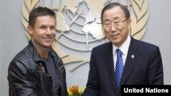 Penerjun bebas Austria Felix Baumgartner (kiri) dan Sekjen PBB Ban Ki-moon dalam pertemuan di markas besar PBB di New York. (Foto: The United Nations)
