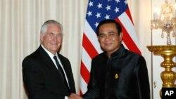 Ngoại trưởng Mỹ Rex Tillerson (trái) bắt tay thủ tướng Thái Lan Prayut Chan-o-cha trong một cuộc gặp ở Bangkok hôm 8/8 năm nay. Sau chuyến thăm này của ông Tillerson, Bộ Ngoại giao Thái Lan nói thương mại với Triều Tiên đã giảm tới 94% so với năm trước.