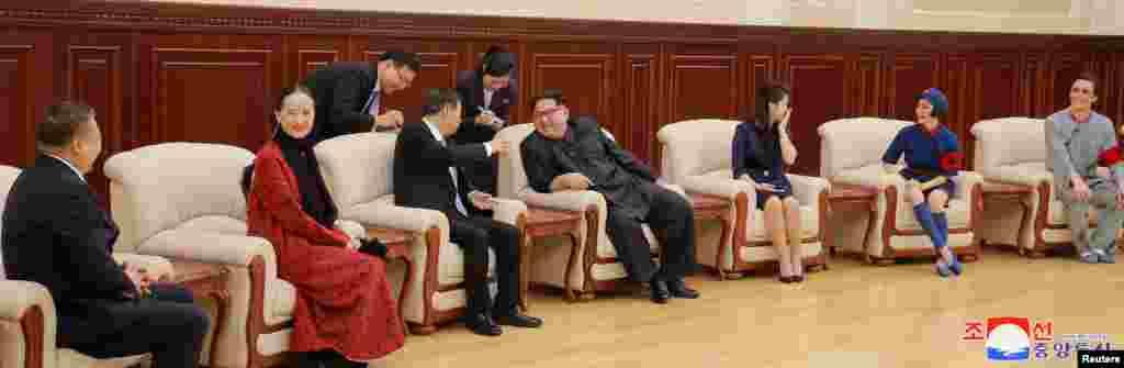 2018年4月16日,朝鲜领导人金正恩及其夫人李雪主和中共中央对外联络部部长宋涛以及芭蕾舞剧《红色娘子军》的演员在平壤。