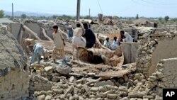 Warga desa mencari barang-barang di antara puing-puing rumah mereka yang hancur akibat gempa di wilayah Awaran, propinsi Baluchistan, 25 September 2013 (Foto: dok). Dua orang tentara dilaporkan tewas akibat ledakan bom saat berupaya memberikan bantuan di wilayah tersebut, Rabu (2/10).