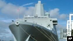 停靠在纽约港口的USS 纽约号