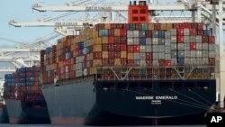"""Berbagai produk impor diturunkan dari kapal di pelabuhan Oakland, California, AS (foto: ilustrasi). Reformasi sistem perdagangan global yang lama tertunda telah memicu """"perang dagang"""" antara negara ekonomi besar."""