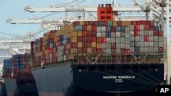 Tàu container Maersk Emerald dỡ hàng ở cảng Oakland, California của Mỹ (ảnh tư liệu ngày 12/7/2018)