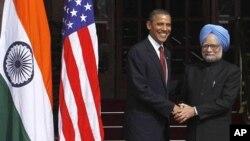 سهرۆک وهزیری هیندسـتان مانمۆهان سینگ پـێشـوازی له سهرۆکی وڵاته یهکگرتووهکانی ئهمهریکا باراک ئۆباما دهکات له نیودهلهی پایتهخت، دووشهممه 8 ی یازدهی 2010