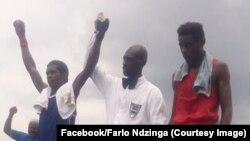 L'arbitre en chemise blanche soulève le bras de Farlo Ndzinga, à gauche, à l'issue d'un combat au Gabon, 21 mai 2017.