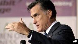 Los demócratas dicen que Romney elevará los impuestos a la clase media y beneficiará a los ricos.