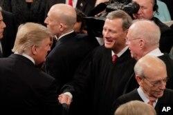 도널드 트럼프 미국 대통령(왼쪽)이 28일 의회 합동연설을 마친 후 존 로버츠 대법원장과 악수하고 있다.