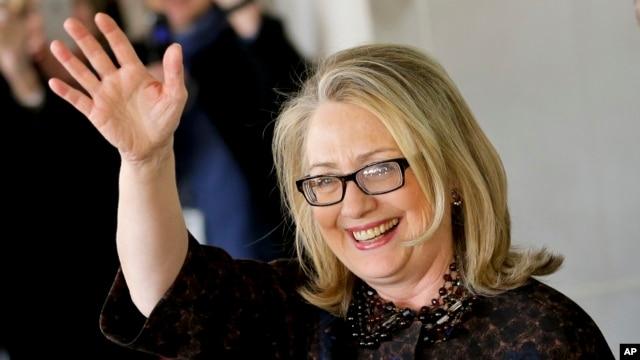 Cựu Ngoại trưởng Hoa Kỳ Hillary Rodham Clinton vẫy chào khi bà rời Bộ Ngoại giao trong thủ đô Washington, 1/2/13