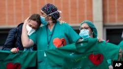 2020年4月10日卫生工作者在西班牙斯莱加内斯医院追悼死难同事。