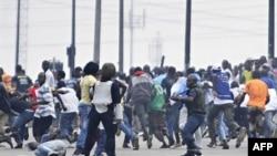 Quân đội trung thành với ông Laurent Gbagbo cố gắng giải tán những người ủng hộ ông Alassane Ouattara ở thị trấn Aboboa, ngày 16/12/2010