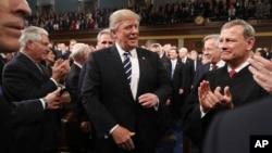 Tổng thống Mỹ Donald Trump đến phát biểu trước lưỡng viện Quốc hội ở Điện Capitol, Washington, 28/2/2017.