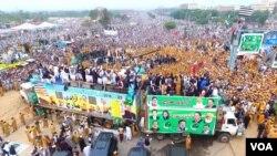آزادی مارچ کے شرکا نے میٹرو بس ڈپو سے ملحقہ گراؤنڈ میں ڈیرے ڈال رکھے ہیں۔