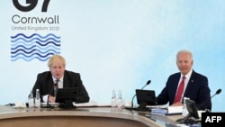 2021年6月12日英国首相约翰逊(左)和美国拜登(右)在G7峰会。