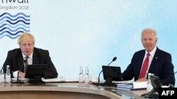 Борис Джонсон и Джо Байден принимают участие в рабочей сессии лидеров стран G7 в Карбис-Бэй, Корнуолл, 12 июня 2021 года