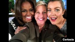 La primera dama, Michelle Obama (izquierda), junto a la presentadora de TV Ellen DeGeneres (medio), finalizaron su baile con esta selfi que DeGeneres subió a su cuenta de Twitter.