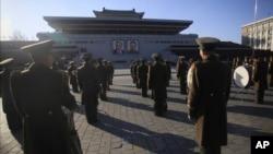 북한 군인들이 지난 25일 평양 김일성 광장에서 열린 '70일 전투' 달성을 위한 군중대회에 참석했다. 북한은 오는 5월 당대회를 앞두고 '70일 전투'를 독려하고 있다. (자료사진)