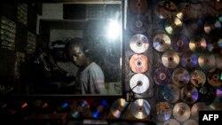 Un passionné de hip-hop congolais chante à Kinshasound, l'un des rares studios d'enregistrement locaux de Kinshasa, à Kinshasa, le 2 octobre 2018.