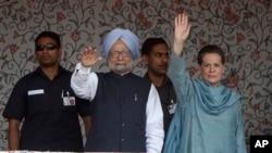 PM India Manmohan Singh (kiri depan) didampingi pemimpin Partai Kongres India, Sonia Gandhi, melambaikan tangan kepada para hadirin dalam upacara peletakan batu pertama proyek Tenaga Listrik berkekuatan 850 megawatt di distrik Kishtwar, wilayah Jammu, India (25/6). Kunjungan ini menandai pertama kalinya PM Singh meninjau wilayah Kashmir.