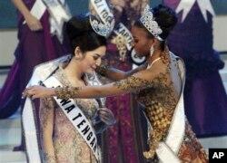 Miss Universo, Leila Lopes (dir.) coloca o manto de vencedora sobre o ombros da nova Miss Indonesia 2011 Maria Selena