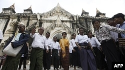 Bà Aung San Suu Kyi (giữa) và con trai Kim Aris thăm thành phố chùa tháp Bagan