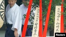 日本首相安倍晉三周一奉獻祭奠物品給東京靖國神社。