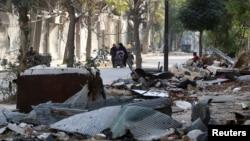ជនស៊ីវិលដើរកាត់កម្ទេចកម្ទីនៃអគារនៅក្នុងតំបន់ដែលកាន់កាប់ដោយក្រុមឧទ្ទាមក្នុងក្រុង Aleppo ប្រទេសស៊ីរី កាលពីថ្ងៃទី១៤ ខែវិច្ឆិកា ឆ្នាំ២០១៦។