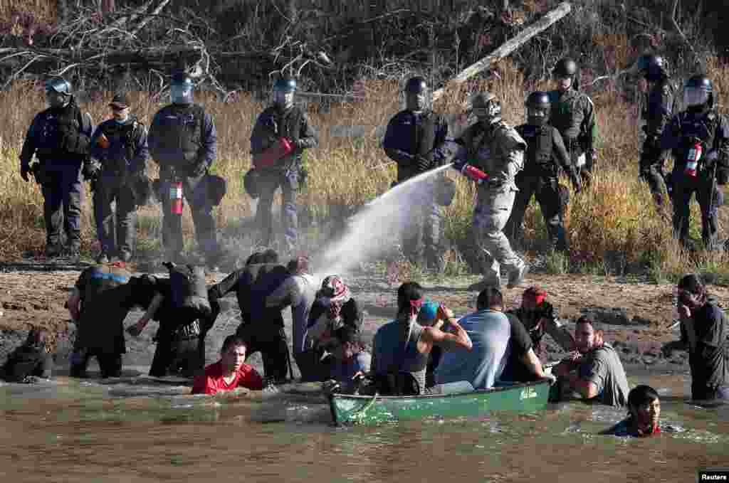 استفاده پلیس از اسپری فلفل برای منتقل کردن معترضانی که در سایت ساخت و ساز خط لوله نفت در ایالت داکوتای شمالی اعتراض میکنند. این تظاهرات یک ماه است ادامه دارد. علت این تظاهرات اعتراض به ساخت یک خط لولهای است که حدود ۱۸۸۶ کیلومتر است و از ایالتهای داکوتی شمالی تا ایلینوی رد میشود. سرخپوستان می گویند ساخت آن می تواند محیط زیست شان را به خطر بیاندازد. /ت